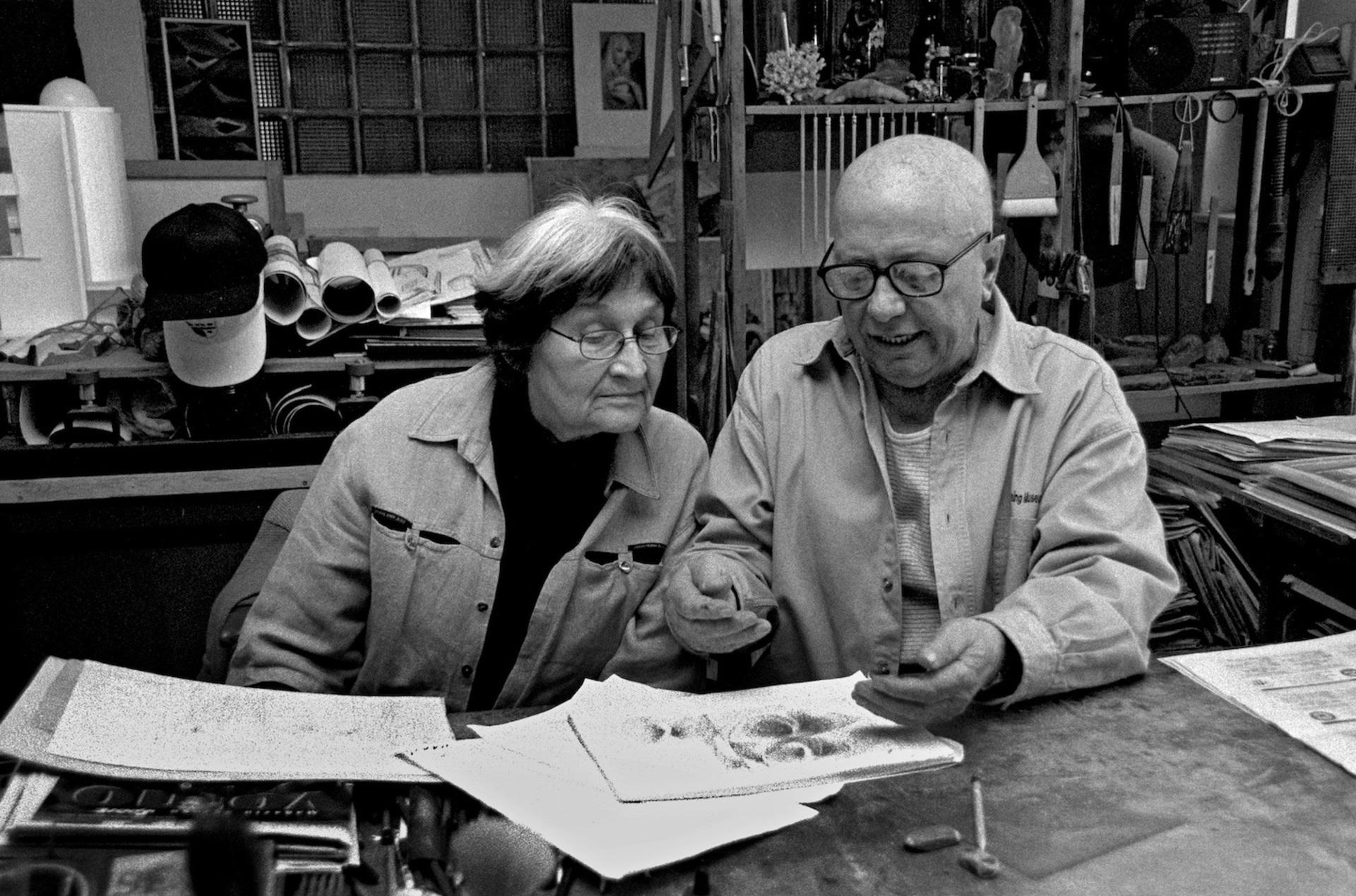 Jaroslava Brychtová a Stanislav Libenský při práci v ateliéru, 2001