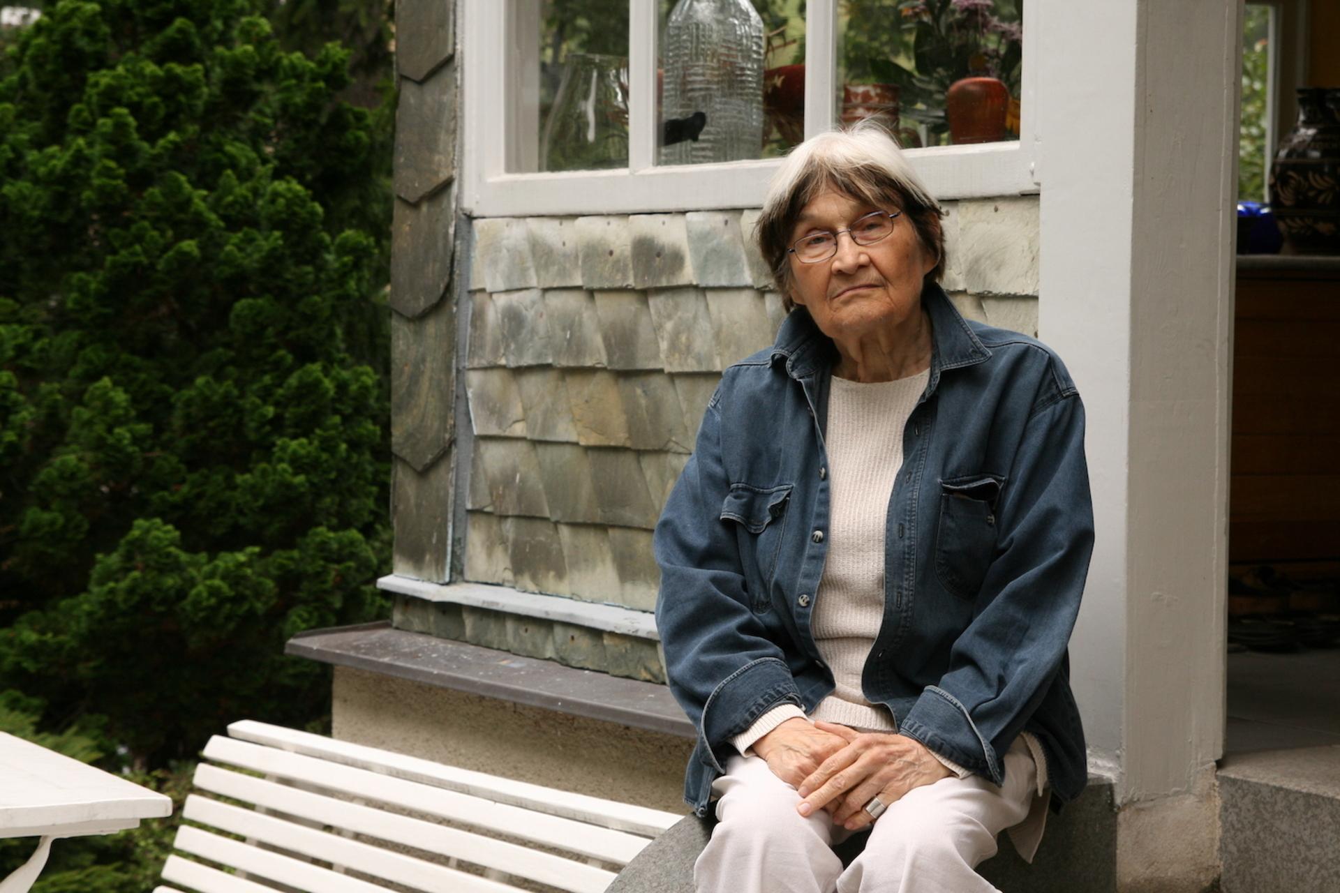 Jaroslava Brychtová na zahradě svého domu v Železném Brodě, září 2009, foto: Karolina Jirkalová