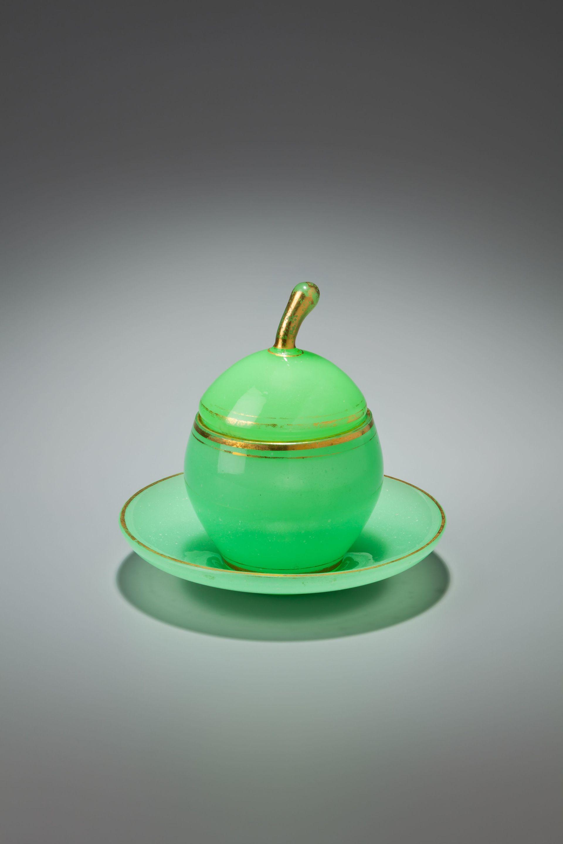 Dóza v podobě jablka, zelené uranové alabastrové sklo se zlatými linkami a zlaceným úchytem, Šumava, pravděpodobně některá ze skláren rodiny Schmidů, Šumava, 40. - 50. léta 19. léta, soukromá