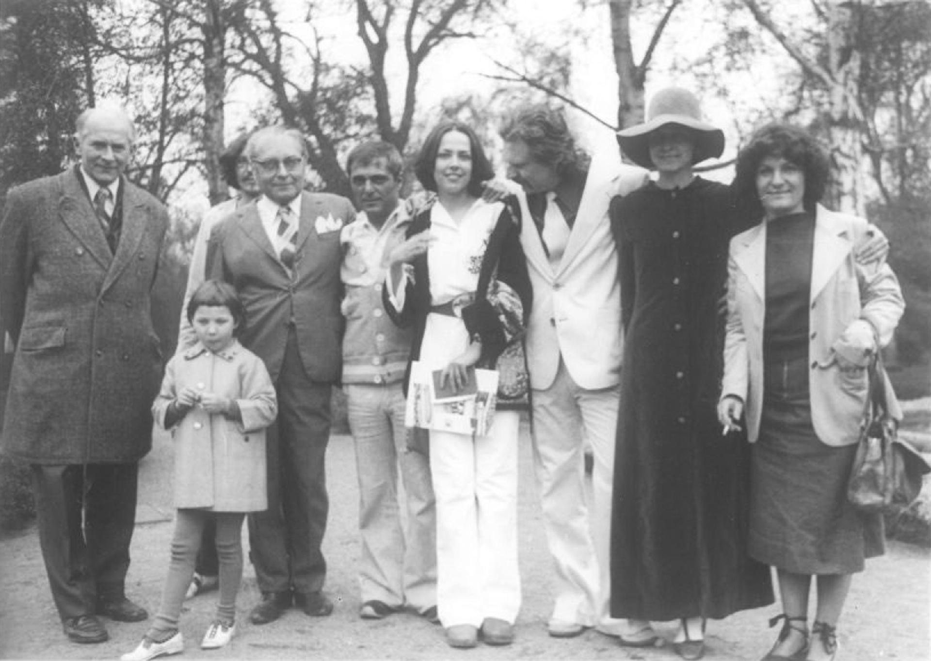 Zámek Roztoky u Prahy, 29.4. 1977, svatba, Helena Kontova a Giancarlo Politi se svedky Chalupeckym, Stemberou a Milanem a Marii Knizakovymi..jpg