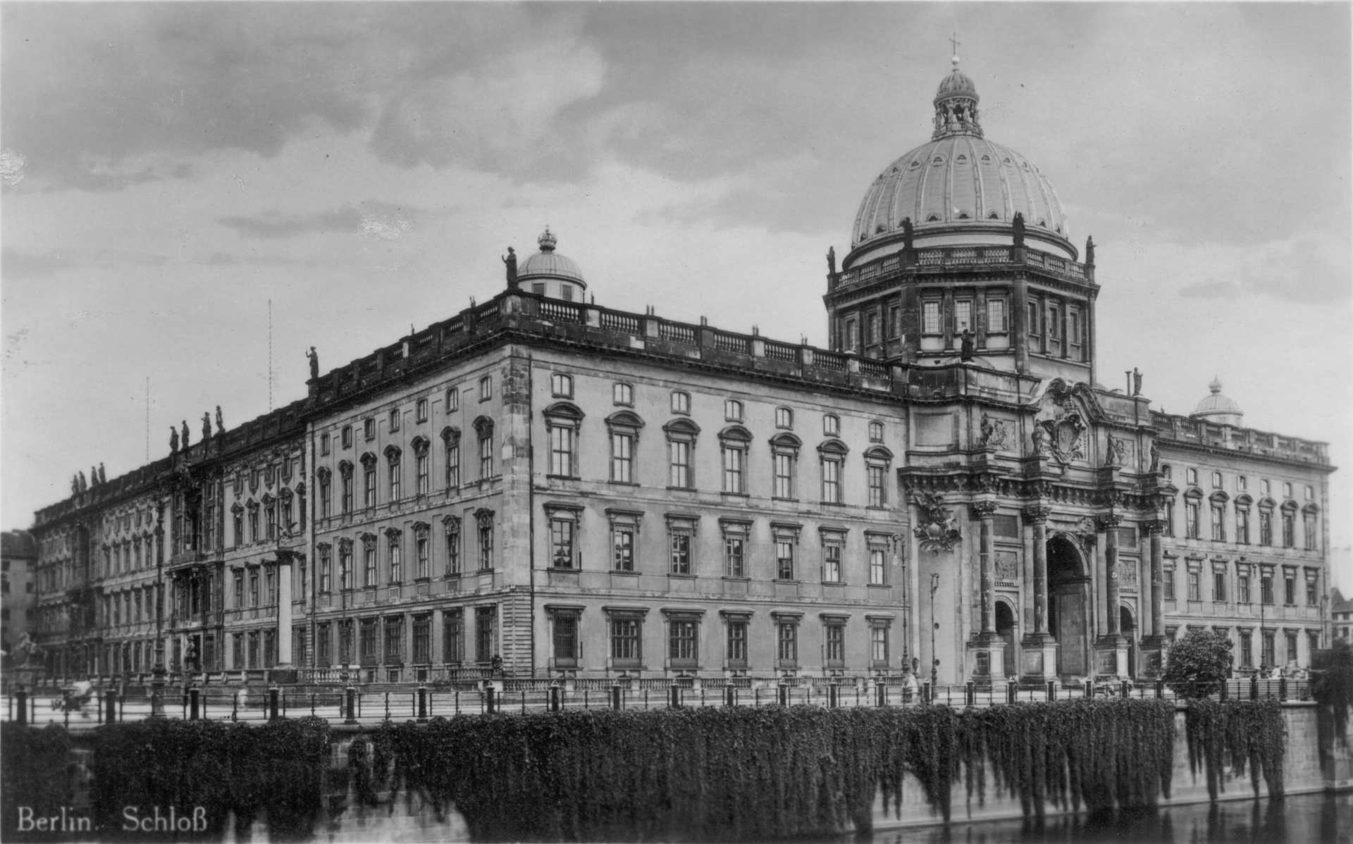 Berliner-Stadtschloss-postcard-from-the-1920s.jpg